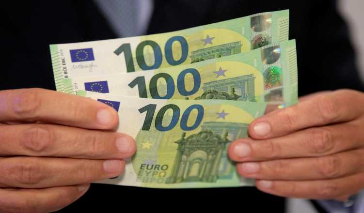 An Austrian central bank official displays new 100 euro banknotes Photo: Reuters